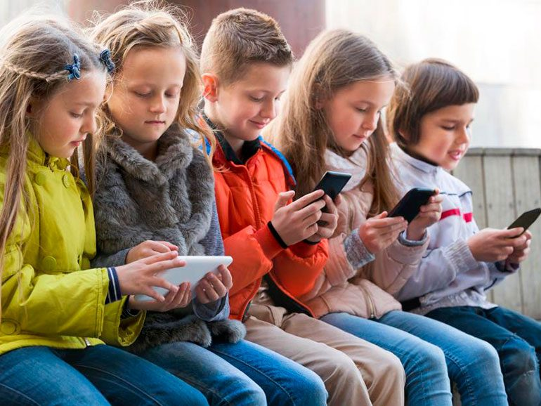 Resultado de imagen para niño jugando con el celular