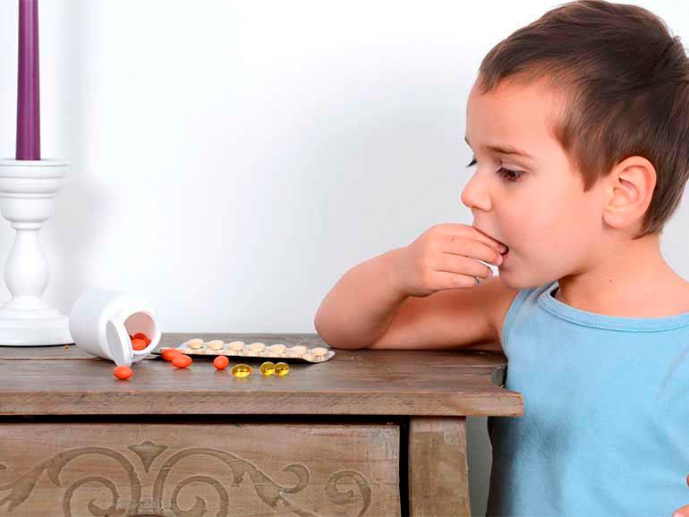Niño en riesgo de intoxicación con medicamentos