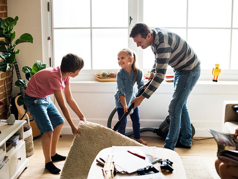 hijos ayudando al papá