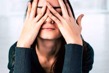 mujer con estrés y cara de preocupación