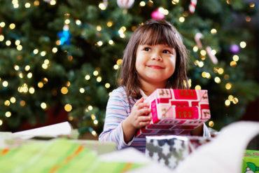 niña con regalos de navidad