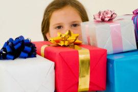 Niña con muchos regalos que debe aprender el ahorro
