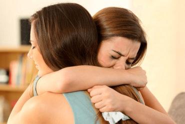 Mujer con crisis de pánico llorando
