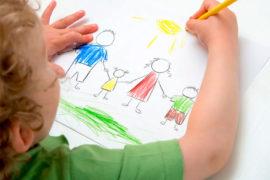 Niño haciendo un dibujo infantil de familia