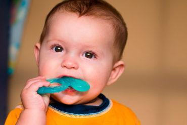 Bebé con erupción dentaria y dolor