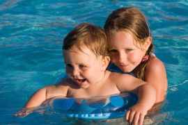 niños nadando para prevenir accidentes en piscinas