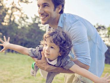 Padre compartiendo con su hija en la niñez
