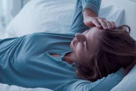 mujer con estrés no puede dormir