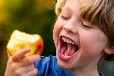 Niño comiendo colaciones saludables