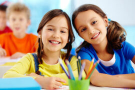 Niñas con buenas emociones en colegio