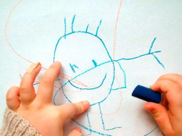 Niño haciendo dibujos en papel