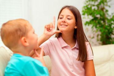 Niños promoviendo la inclusión con lengua de señas