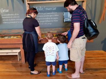 Papá con hijos disfrutando del museo taller