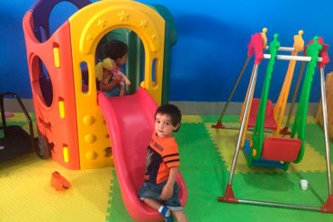 Niños disfrutando de los juegos en Parapekes