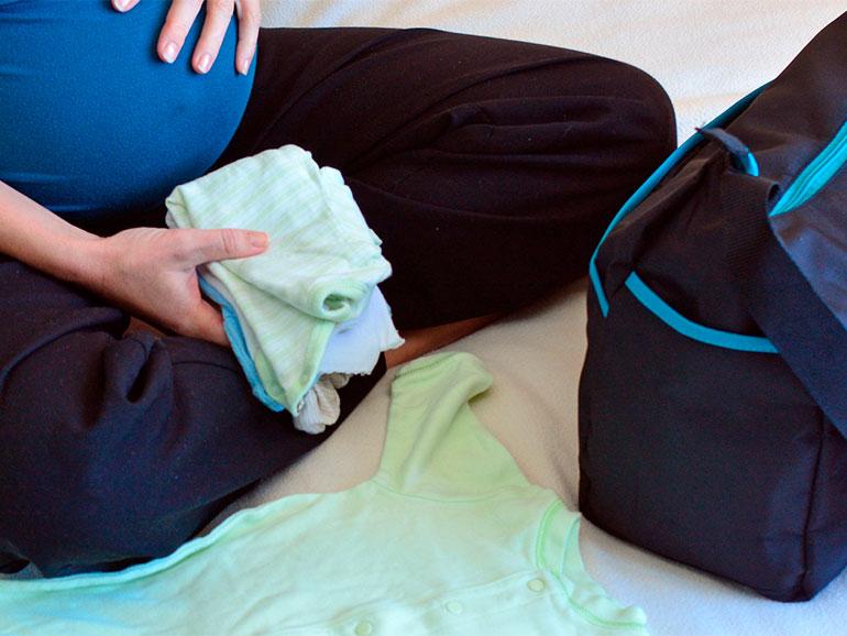 Mamá preparando cosas para el parto