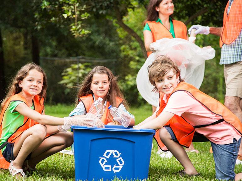 Familia poniendo en práctica el reciclar