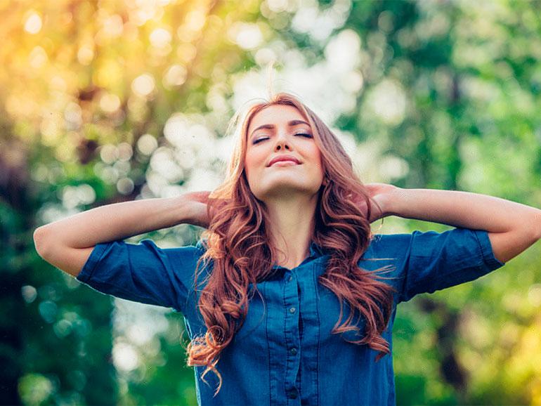 Mujer disfrutando emociones positivas