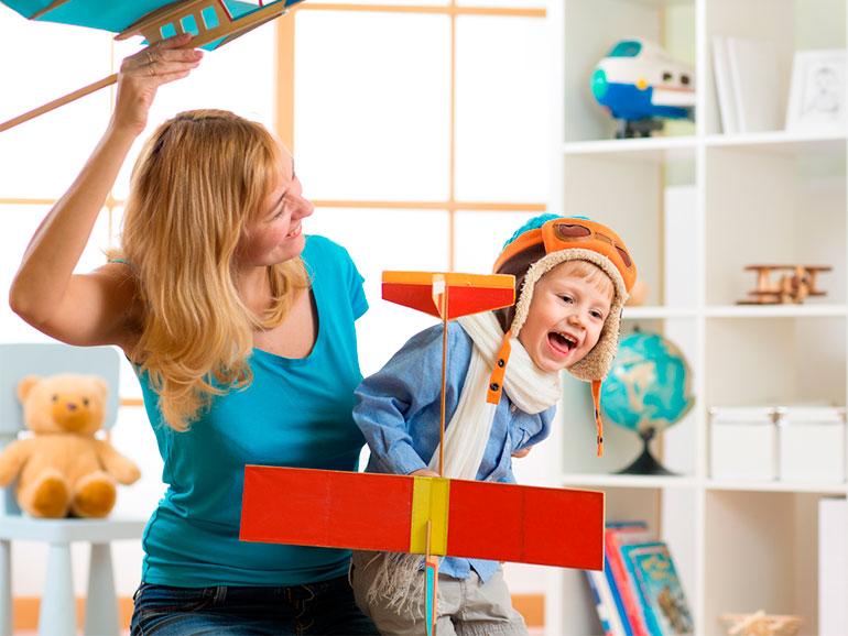Mamá fomentando comunicación con su hijo