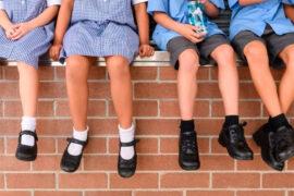 Niños mostrando su calzado escolar
