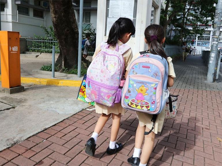 Niñas con su mochila al colegio