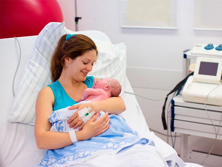 Mujer después del parto con su bebé
