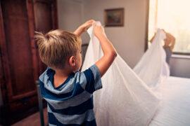 Niños autónomos ayudando en la casa