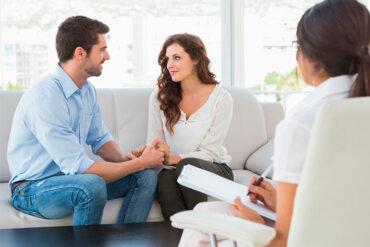 Hombre y mujer en terapia de parejas