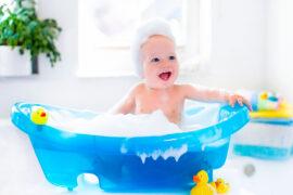 Bebé disfrutando de su baño