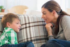 Mamá hablando con niño de coronavirus