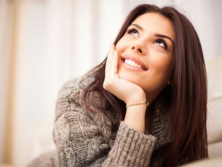 Mujer pensando en asertividad