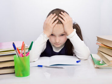 Niña escolar volviendo a la rutina