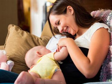 Mamá entregando lactancia a su bebé