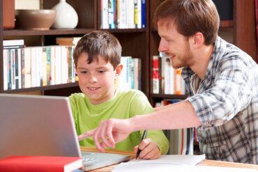 Niño en medio de aprendizaje en casa
