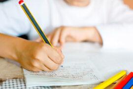 Niño desarrollando escritura y emociones