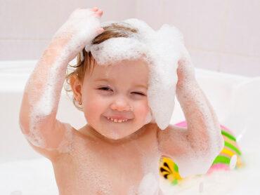 Bebé jugando en el baño