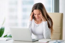 mujer con dolor de cabeza o cefalea o migraña