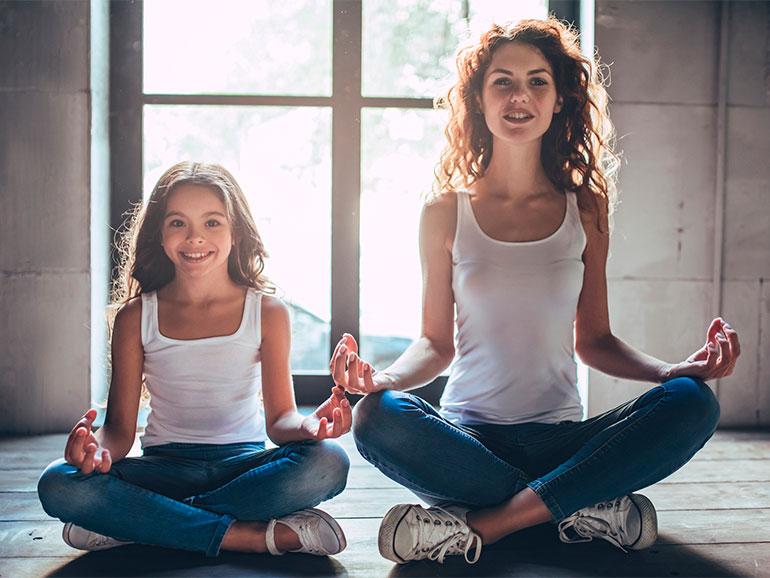Mamá e hija practicando mindfulness