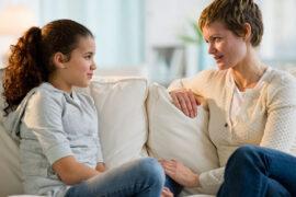 Mamá hablando de drogas con su hija