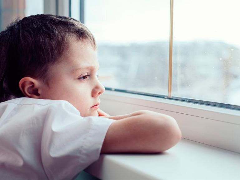 Niño con signo de autista