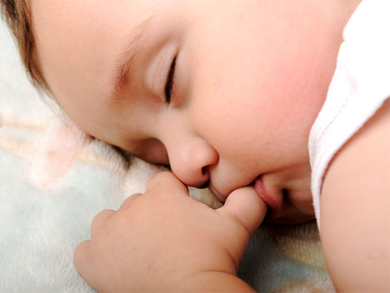 Muchos bebés suelen chuparse el dedo