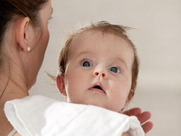 Los padres se preocupan cuando el bebé devuelve leche