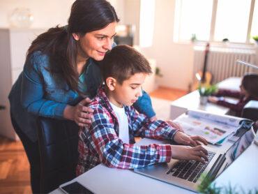 Los padres deben estar atentos al uso de internet de sus hijos