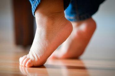 Caminar descalzo es bueno para los niños