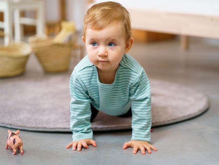 El gateo beneficia al bebé